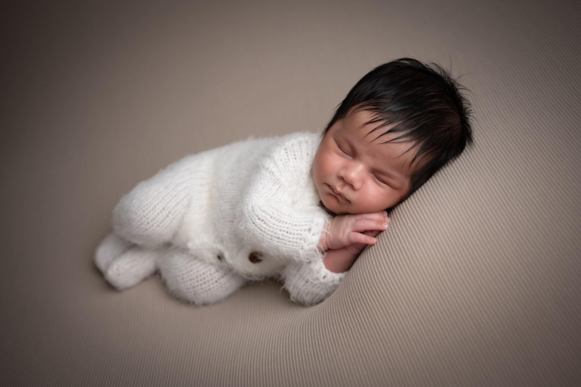newborn_baby_photographer_dudley_midlands_posing_in_wrap